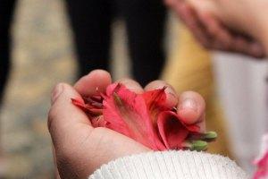detalle-mano-con-flores
